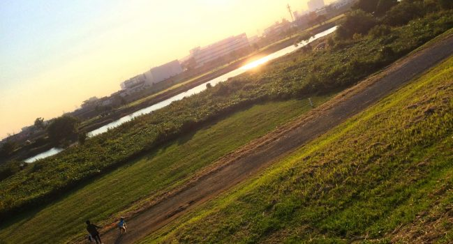 黄昏時。多摩川河川敷のモグピー